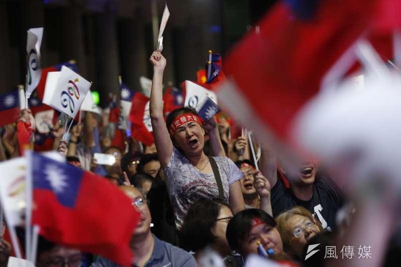20181124-國民黨高雄市長候選人韓國瑜的競選總部前,民眾歡欣鼓舞等待開票結果出爐。(新新聞郭晉瑋攝)