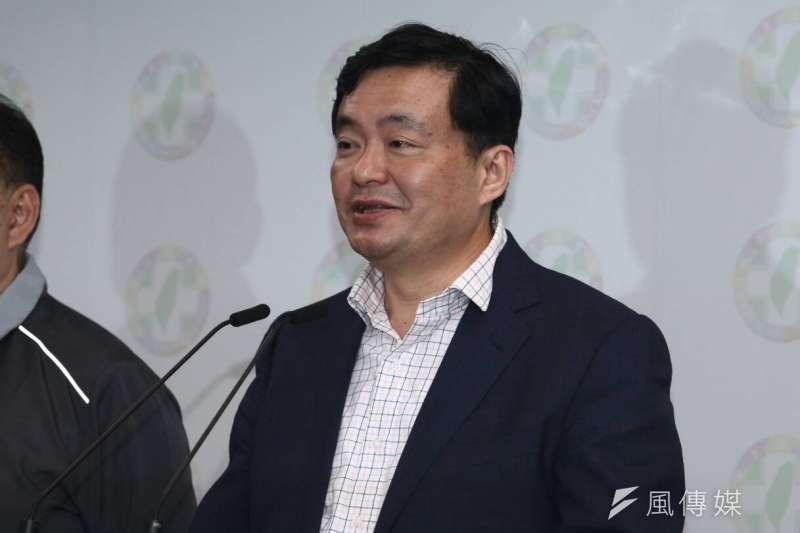 民進黨秘書長洪耀福24日在黨中央宣布,為負起責任,將請辭黨秘書長。(蔡親傑攝)