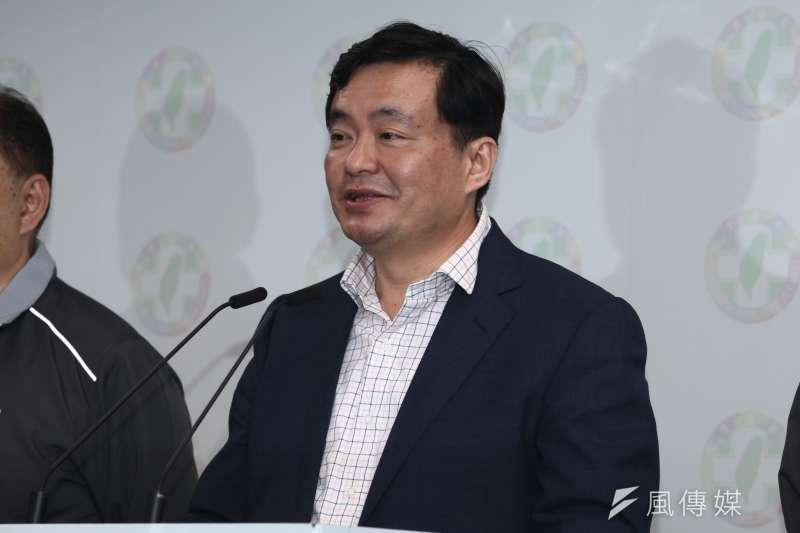 民進黨主席蔡英文與秘書長洪耀福發表選後感言。(蔡親傑攝)