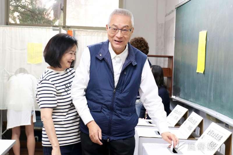 國民黨主席吳敦義帶領黨走向大勝,但這卻不代表他拿到2020門票,圖為吳敦義與妻子在九合一選舉時投票。(資料照片,蘇仲泓攝)