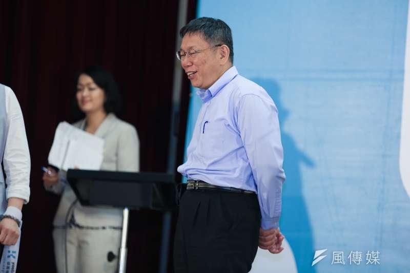 20181125-台北市長柯文哲連任成功,在25日凌晨3點20分召開國際記者會,回應媒體提問。(簡必丞攝)