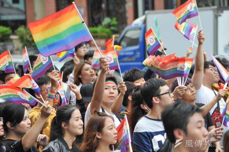 20181125-高雄同志大遊行,挺同人士高舉彩虹。(甘岱民攝)