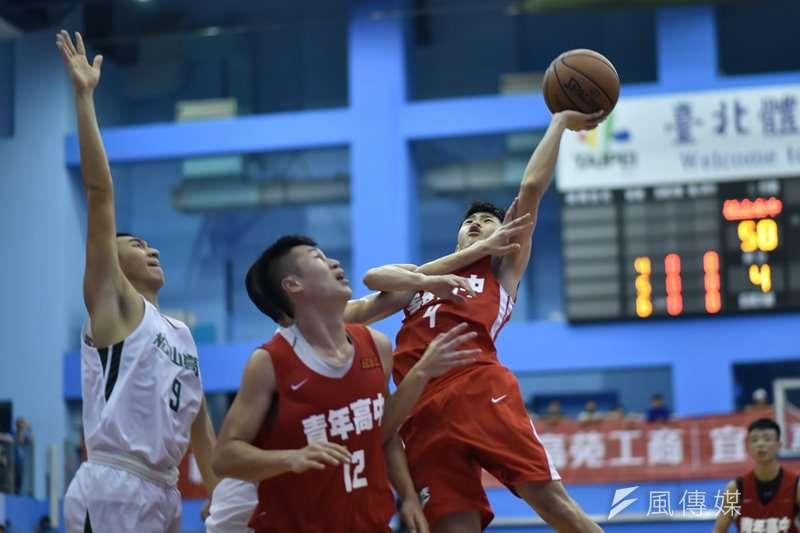 青年高中後衛朱峻賢(右)崁下HBL生涯新高的27分。(資料照,王永志攝)
