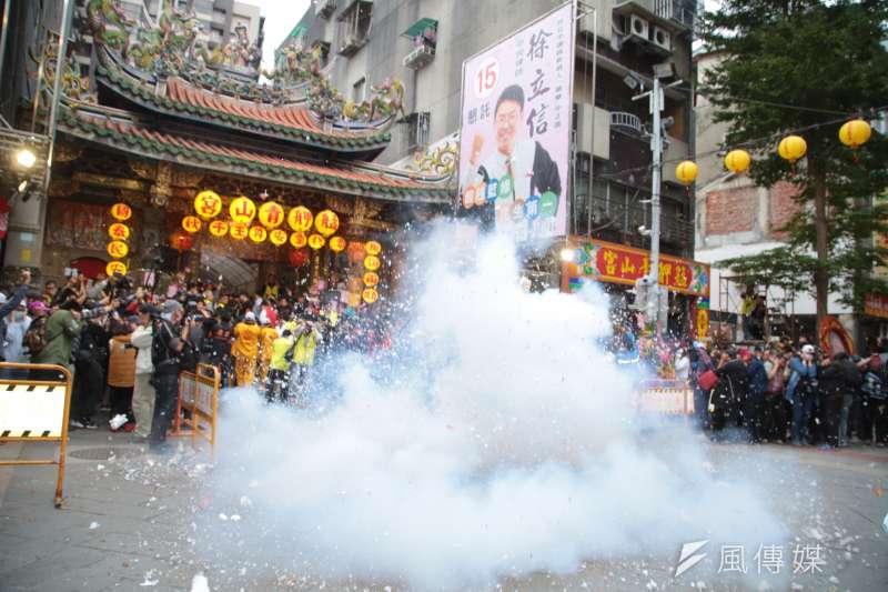 20181127-台北市長柯文哲27日出席2018艋舺青山宮靈安尊王暗訪遶境活動,並於出發前點放起馬炮。(顏麟宇攝)