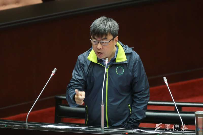 民進黨立委段宜康27日於立院質詢,特別穿著2016年蔡英文競選團隊的夾克外套,並砲轟政府「棄守公投案」。(顏麟宇攝)