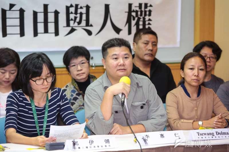導演李惠仁(中)28日出席台灣人權促進會「李明哲宣判一周年,再度失聯,各界集結捍衛台灣自由與人權」記者會。(顏麟宇攝)