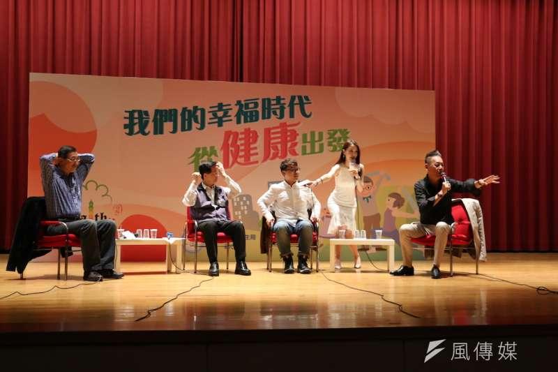 金鐘影帝龍劭華與知名醫療網紅「三個字」(右一、二)在29日舉辦的「健康城市健康生活論壇」示範生活保健訣竅。(圖/陳又嘉攝)