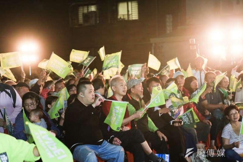 20181130-敗選的民進黨台北市長候選人姚文智30日舉行「感恩之夜」音樂會,現場湧進大批的支持者。(簡必丞攝)