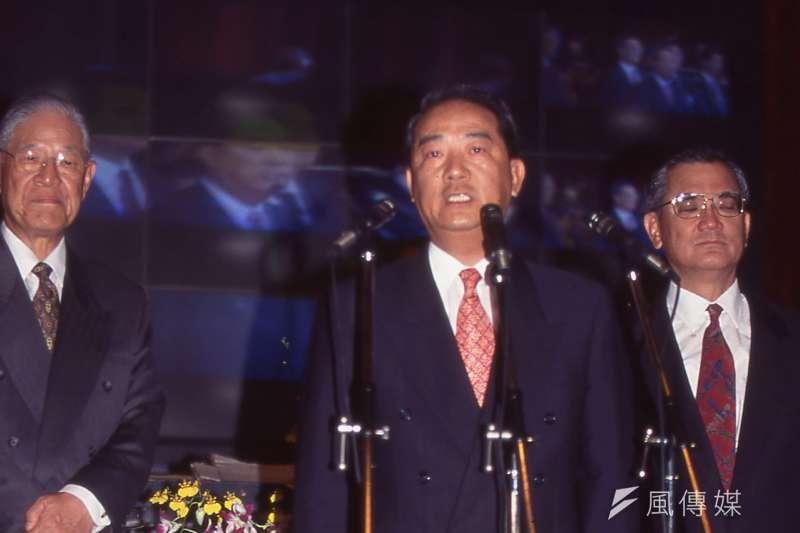左起前總統李登輝、宋楚瑜、連戰。(新新聞資料照)