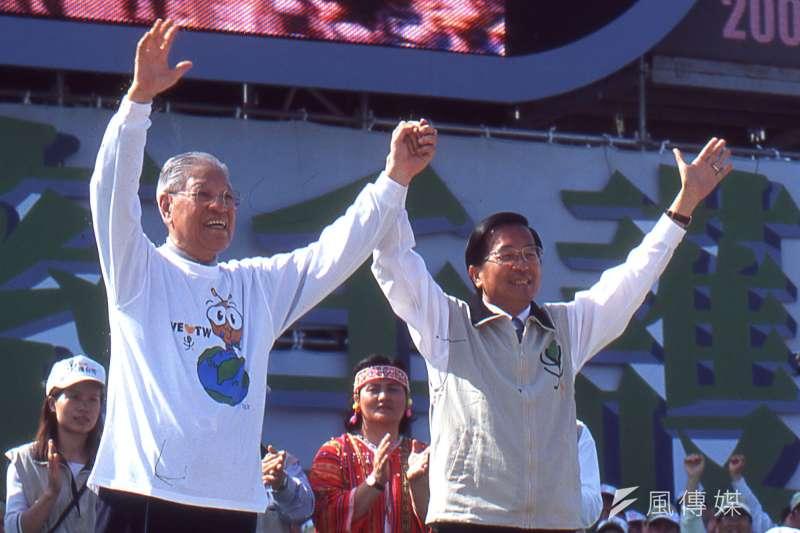 前總統李登輝(左)30日晚間逝世,前總統陳水扁(右)深夜在臉書發文悼念。(新新聞資料照)