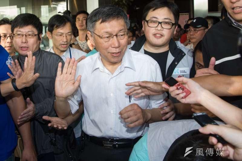 20181202-台北市長柯文哲感恩簽唱園遊會,柯文哲走出市政府。(甘岱民攝)