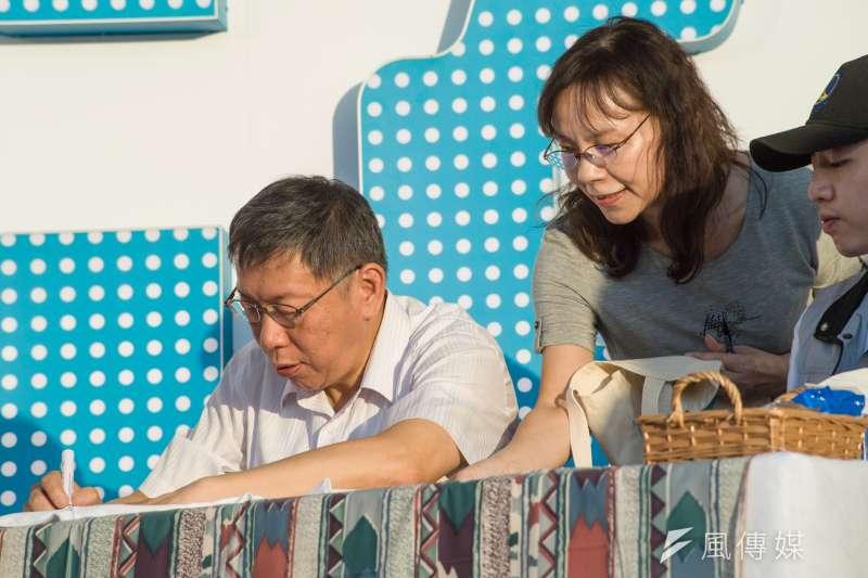 20181202-台北市長柯文哲感恩簽唱園遊會,柯文哲替支持者簽名。(甘岱民攝)