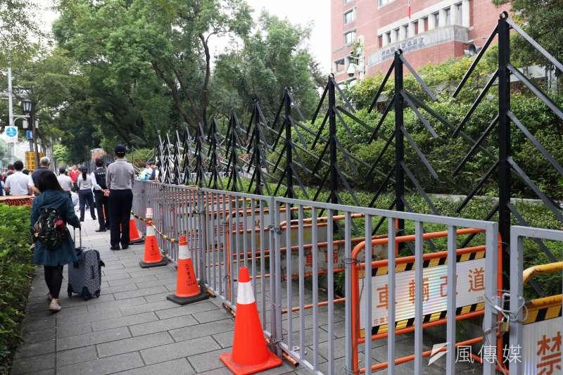 農委會遭遇陳抗活動前,會先架好有如樹木造型的阻材,搭配鐵馬圍欄,在機關周邊形成安全防護圈,而這個有如樹一般的外型,剛好和農委會執掌也很切合。(資料照,蘇仲泓攝)