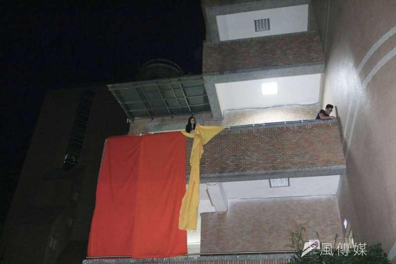 20181203-有學生上月29日在世新大學「舍我樓」外牆掛上巨幅6色彩虹旗。校方上周表示尊重,但今(3)日決定要求撤除。(朱冠諭攝)