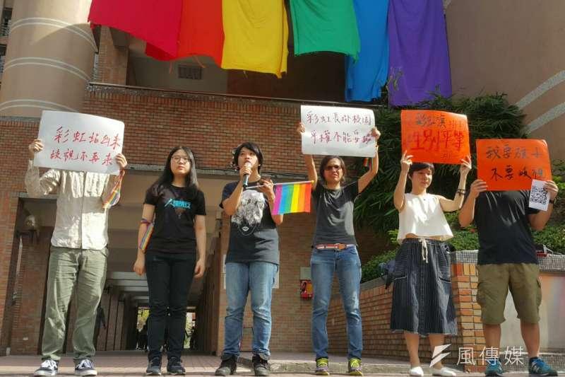 世新大學性別研究所學生今(4)日中午發起「支持世新彩虹旗繼續掛」活動,重新升起彩虹旗,揚言要掛到「性別平等的那一天」。(朱冠諭攝)