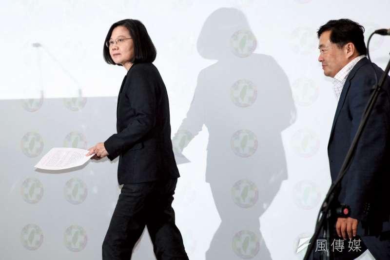 民進黨九合一敗選當晚,黨主席蔡英文(左)、秘書長洪耀福(右)下台扛起敗選責任。(蔡親傑攝)