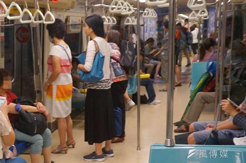 在搖搖晃晃的捷運車廂裡,光是站著保持平衡,就具有鍛鍊核心的效果。(圖/姚翰光攝影)
