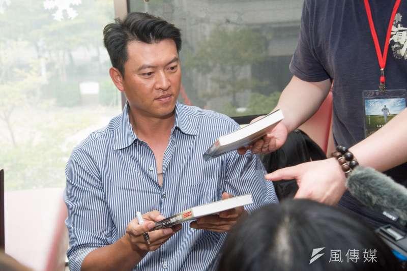 20181205-《後勁:王建民》記者會,王建民替電影書簽名。(甘岱民攝)