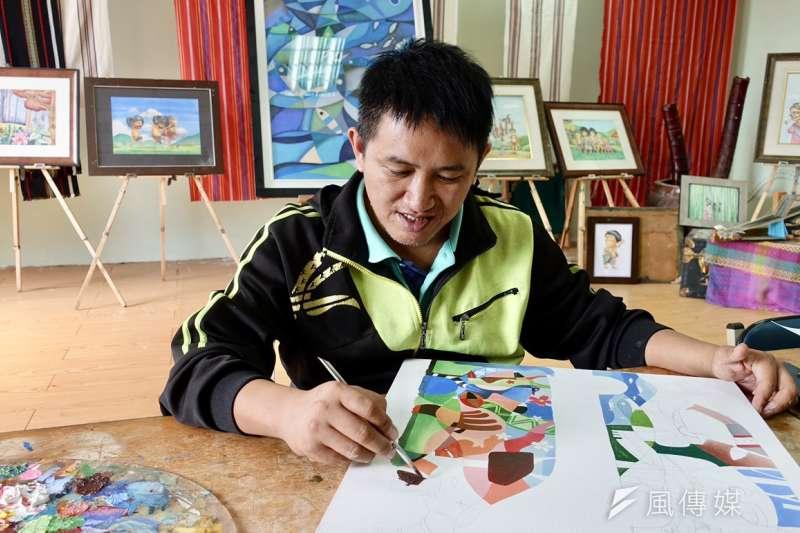 熱愛繪畫的米路哈勇,努力做自己喜歡的事情,也協助部落青年發展繪畫長才。(圖/林于仙攝)