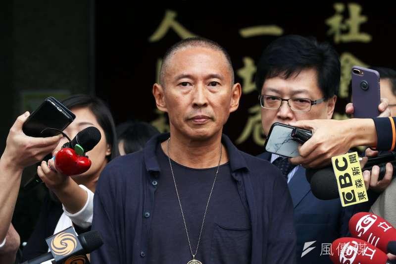導演鈕承澤7日上午接受警方訊問2.5小時,步出警局後,直言「我已經被判處死刑了,鈕承澤已經死了」。(蘇仲泓攝)