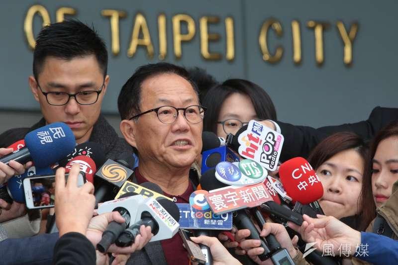 國民黨台北市長候選人丁守中11日至台北市選委會感謝律師團的辛勞,並針對接下來的訴訟方向發表談話。(顏麟宇攝)