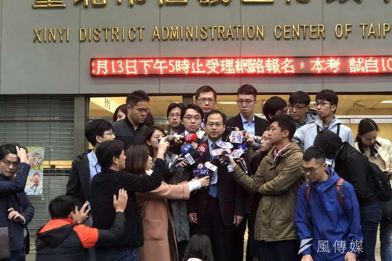 台北市長選舉重新驗票在11日下午告一段落。台北市長柯文哲競選團隊律師林光彥下午受訪時表示,驗票要翻盤可能性應該非常微小,目前看來沒有選務違法足以影響選舉結果的情形。(方炳超攝)