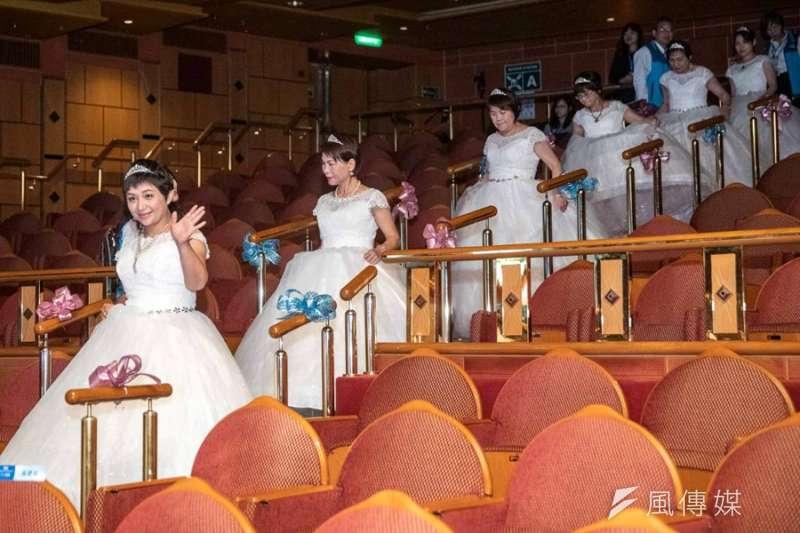 乳癌病友穿著白紗禮服,在郵輪上走秀。(圖/張毅攝)