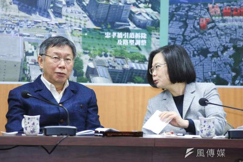 總統蔡英文13日下午2時將與台北市長柯文哲會面,在北門郵局召開「蔡柯會」,全程對外開放。圖為蔡英文與柯文哲傳紙條互動。(簡必丞攝)