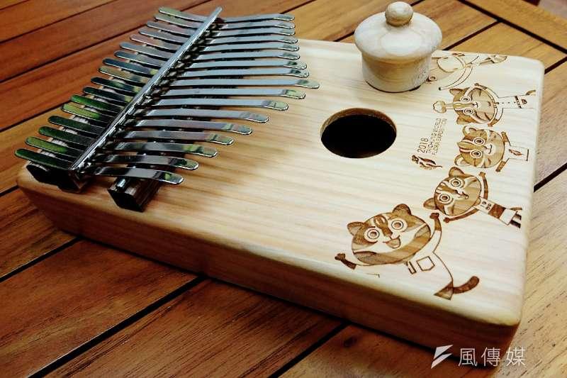鄭啟富創作出的臺灣卡林巴琴,有著全世界獨一無二的「聞香蓋」。圖中的小木塞置入琴體音孔,就能維持木頭的香味與生命,沒事還可以拿起來把玩聞香、汲取原木的自然清新。(圖/王芸軒攝)