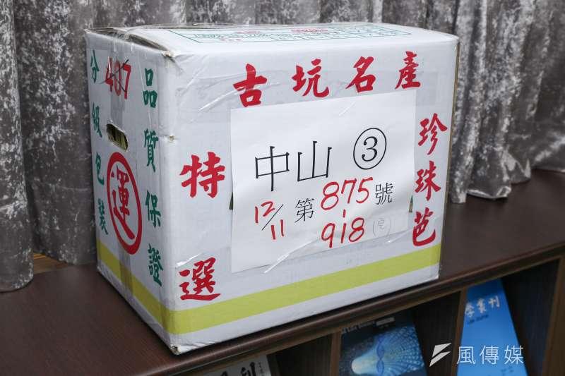 20181213-台北地方法院行政庭長黃柄縉說明台北市長候選人重新計票結果。圖中票箱為回收紙箱運用(蔡親傑攝)