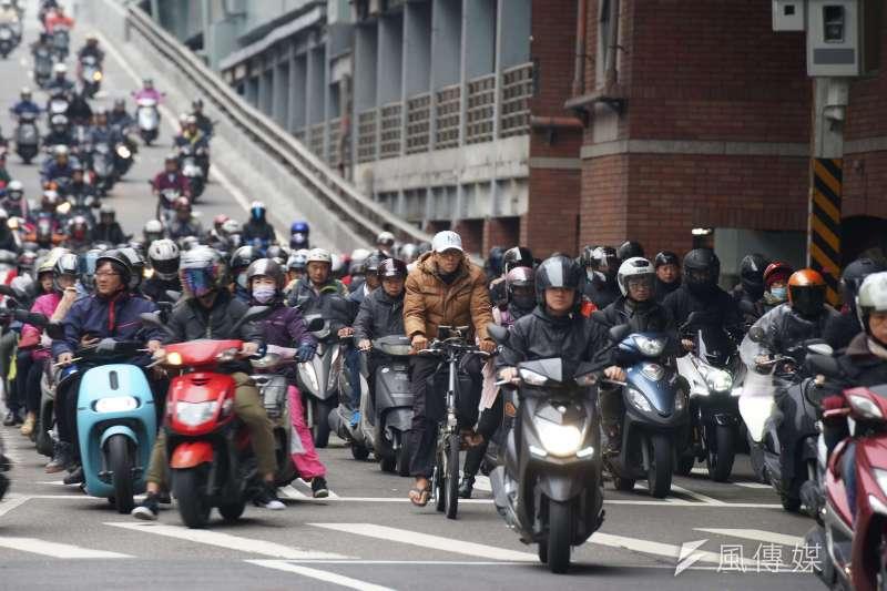 台灣機車數量超過1300萬輛,民進黨政府上台後,為了推動空污改善,花了數10億元推動二行程機車汰換,加上環保署提供3000元電動機車加碼補助,過去幾年台灣電動機車銷售量逐年成長。示意圖。(資料照,盧逸峰攝)