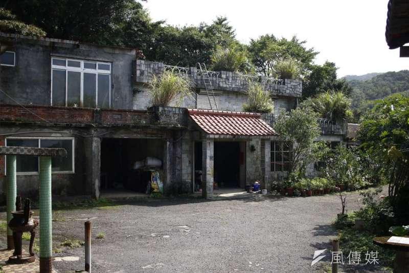 自核一廠決定興建後,乾華村裡的居民四散。圖為石門鄉一隅,此處曾是小型茶葉加工廠。(廖羿雯攝)