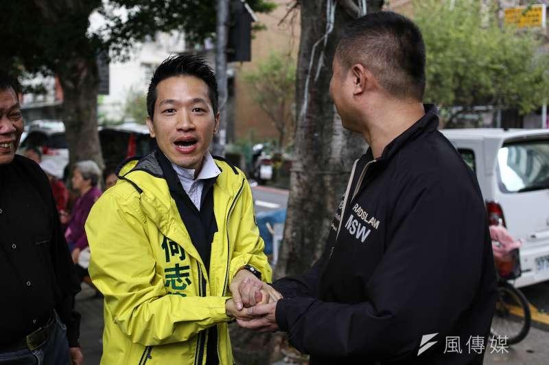 台北市立委補選參選人何志偉(左)近日為「髒髒包說」兩度公開向台北市長柯文哲致歉。(陳品佑攝)