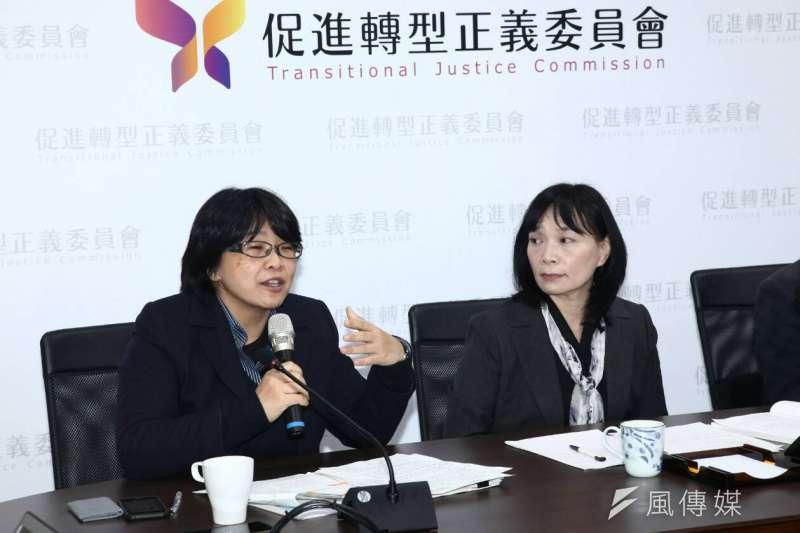 促進轉型正義委員會17日召開半年任務進度報告記者會。圖左為促轉會委員葉虹靈,右為代主委楊翠。(蔡親傑攝)