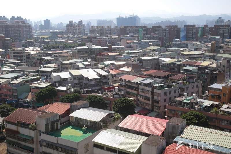 作者指出,如果將1999年921地震後蓋的房屋視為結構上比較安全的房子,那麼台北市只有14.55%的房子是屬於結構上相對比較安全的房子。(顏麟宇攝)