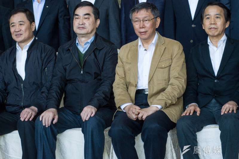 圖為台北市政府團隊總辭典禮,台北市長柯文哲18日表示小內閣人選,不一定會在25日就職前找齊。圖為柯文哲與副市長陳景峻(左起)、鄧家基與林欽榮合影。(甘岱民攝)