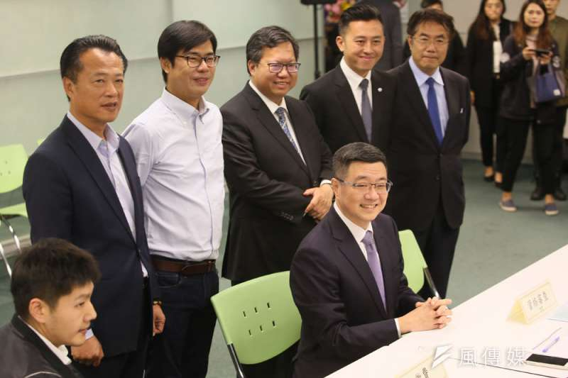 民進黨中生代菁英出場宣示,卓榮泰(前坐者)是他們的集體決定。(柯承惠攝)