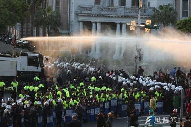 2014年323太陽花攻佔行政院,隔日凌晨警方強制驅離,成為太陽花學生揮之不去的恐懼記憶。(資料照,余志偉攝)