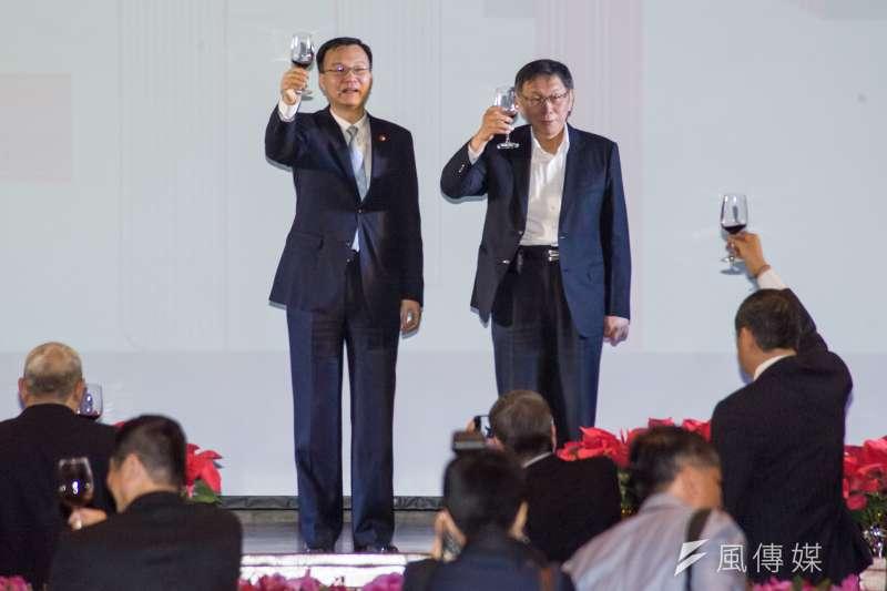 20181219-雙城論壇晚宴,台北市長柯文哲與上海副市長周波向台下敬酒。(甘岱民攝)