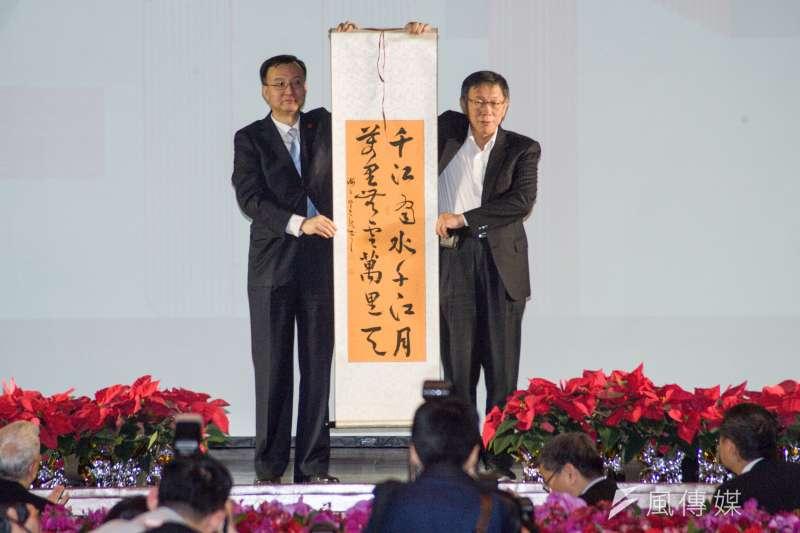 雙城論壇晚宴中上海副市長周波(左)柯文哲(右)皆提兩岸一家親的說法,可以得知北京與柯之間的共識。(資料照,甘岱民攝)