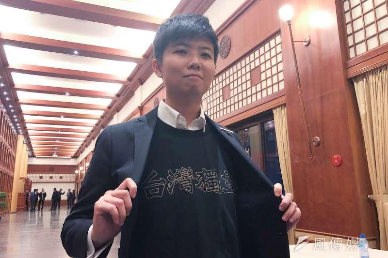 台北上海雙城論壇明天登場,今晚在圓山飯店先進行歡迎晚宴。社民黨新科議員苗博雅身穿上有「台灣獨立」字樣的衣服現身會場。(方炳超攝)
