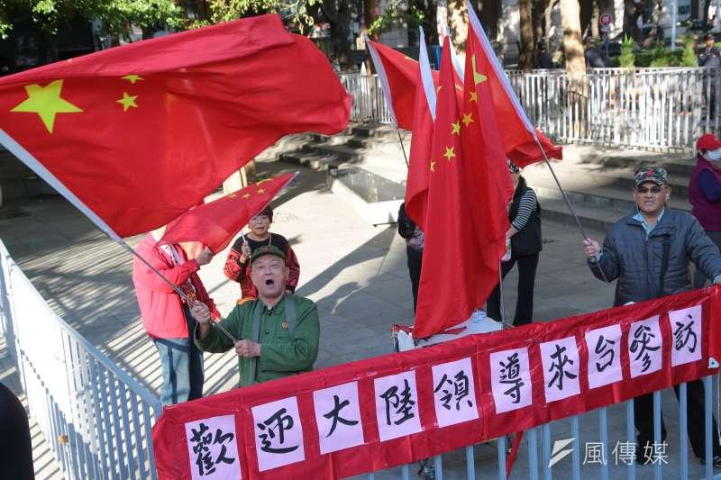 20181220-台北上海雙城論壇20日於晶華酒店舉行,統派於場外揮舞五星旗高歌。(顏麟宇攝)
