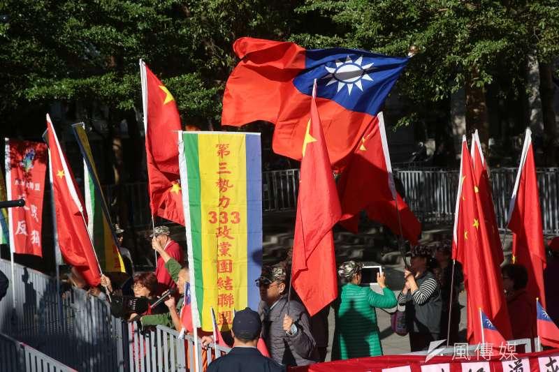 20181220-台北上海雙城論壇20日於晶華酒店舉行,統派於場外揮舞國旗及五星旗助陣。(顏麟宇攝)