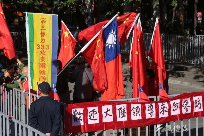 圖為雙城論壇會場外,統派揮舞國旗及五星旗。(顏麟宇攝)