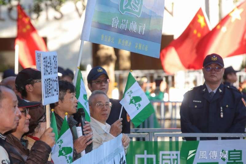 台北上海雙城論壇20日於晶華酒店舉行,獨派、統派團體分別於場外抗議,互相對峙叫囂。(顏麟宇攝)