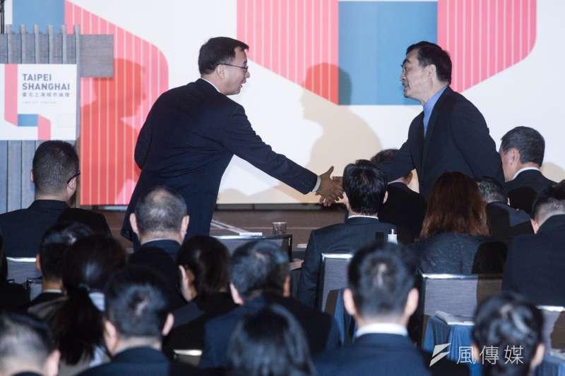 20181220-台北上海雙城論壇,台北市副市長鄧家基與上海市常務副市長周波握手致意。(甘岱民攝)