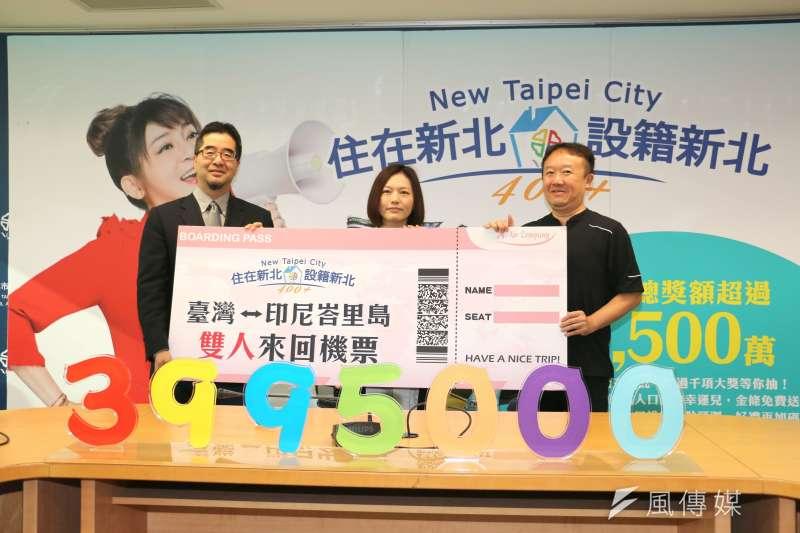 在律師見證下,新北市副秘書長蕭旭岑(左)抽出印尼峇里島雙人來回機票等114個獎項。(圖/李梅瑛攝)