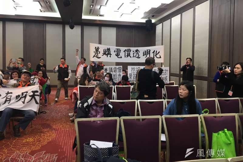 太陽光電業者今召開記者會,光電從業人員在台下舉白布條抗議。(尹俞歡攝)