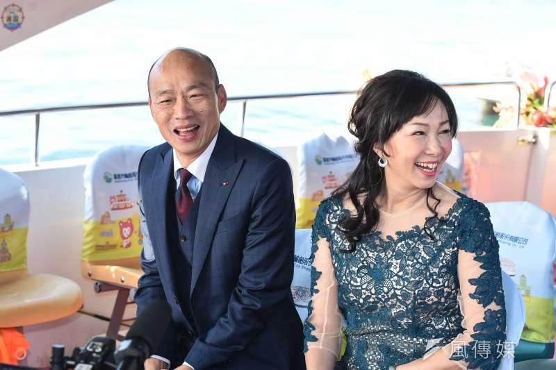 20181225-圖為高雄市長韓國瑜25日於愛河畔舉行宣誓就職暨交接典禮,並與夫人李佳芬搭乘愛之船進入會場。(資料照片,顏麟宇攝)