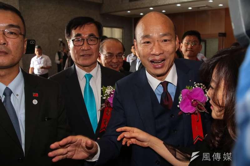 高雄市長韓國瑜今(25)日就職上任第一天,喊將針對國外觀光客徵收「城市稅」,每人一天僅收100元,不會造成外國人太大負擔,還能「積少成多」能改善高雄財政負債狀況。(顏麟宇攝)